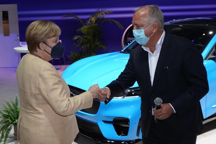 image 1 30 - IAA Mobility: Angela Merkel besucht den Ford-Stand